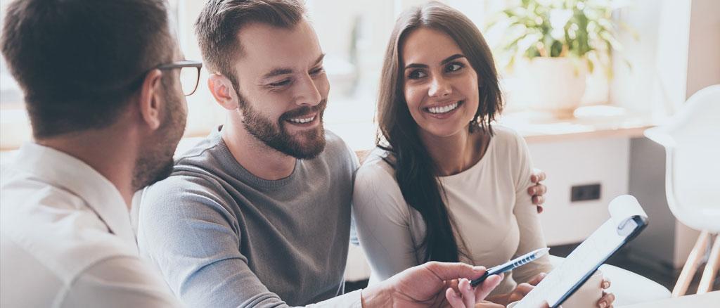 mortgage-advisor-helping-a-couple